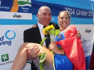 Abbagnale tiene in braccio la vicecampionessa mondiale Under 23 (e studentessa alla Bicocca di Milano) Sara Magnaghi